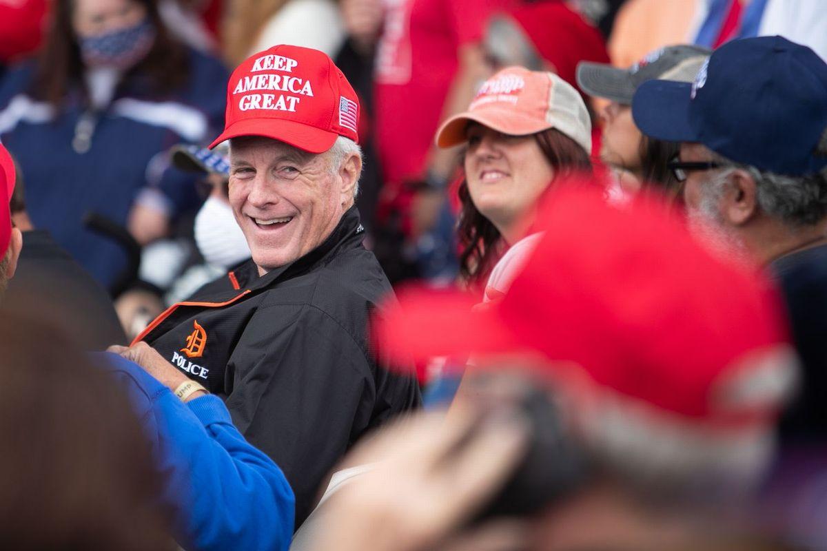 写真・図版 : トランプ大統領の選挙集会で、マスクを着用せず密集して並べられた席に座り、トランプ大統領の登場を待つ支持者たち=ミシガン州フリーランド、ランハム裕子撮影、2020年9月10日