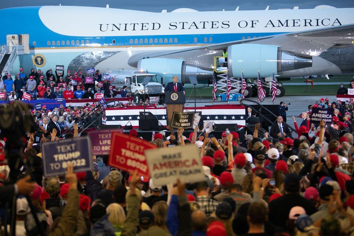 写真・図版 : 飛行機の格納庫で行われた選挙集会で、大統領専用機「エアフォース・ワン」を背景に演説するトランプ大統領=ミシガン州フリーランド、ランハム裕子撮影、2020年9月10日