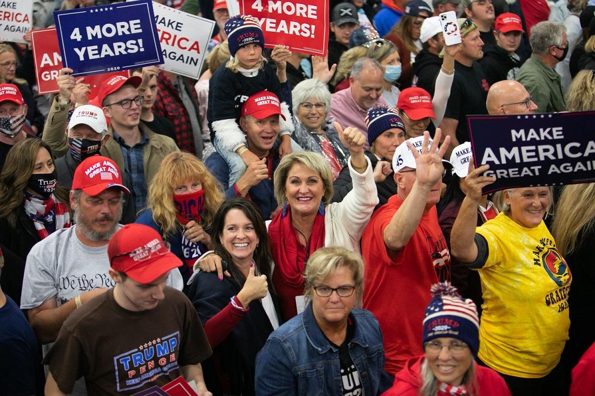 写真・図版 : トランプ大統領の選挙集会終了後、笑顔で帰る支持者たち=ミシガン州フリーランド、ランハム裕子撮影、2020年9月10日