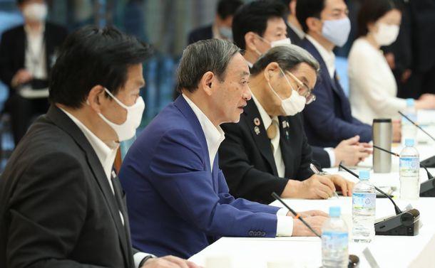 観光戦略実行推進会議で発言する菅義偉官房長官(手前から2人目)=2020年7月27日、首相官邸