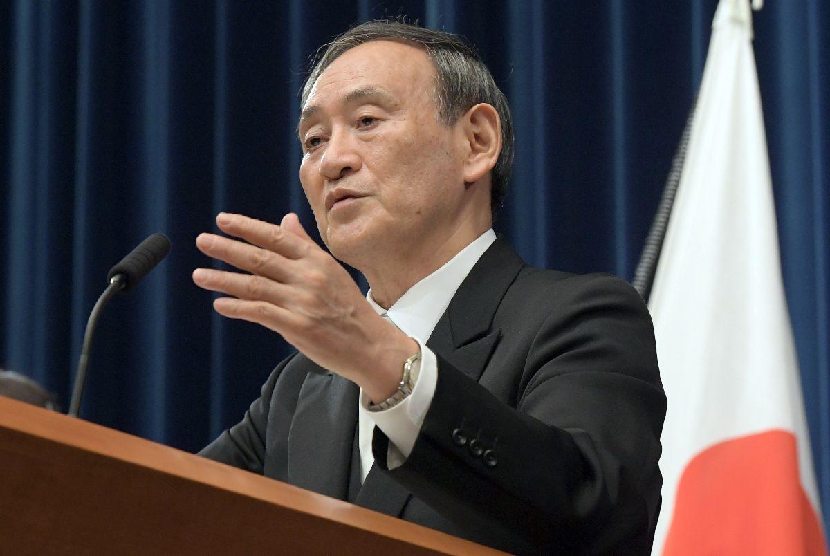 写真・図版 : 就任後、初の記者会見をする菅義偉首相=2020年9月16日午後9時30分、首相官邸
