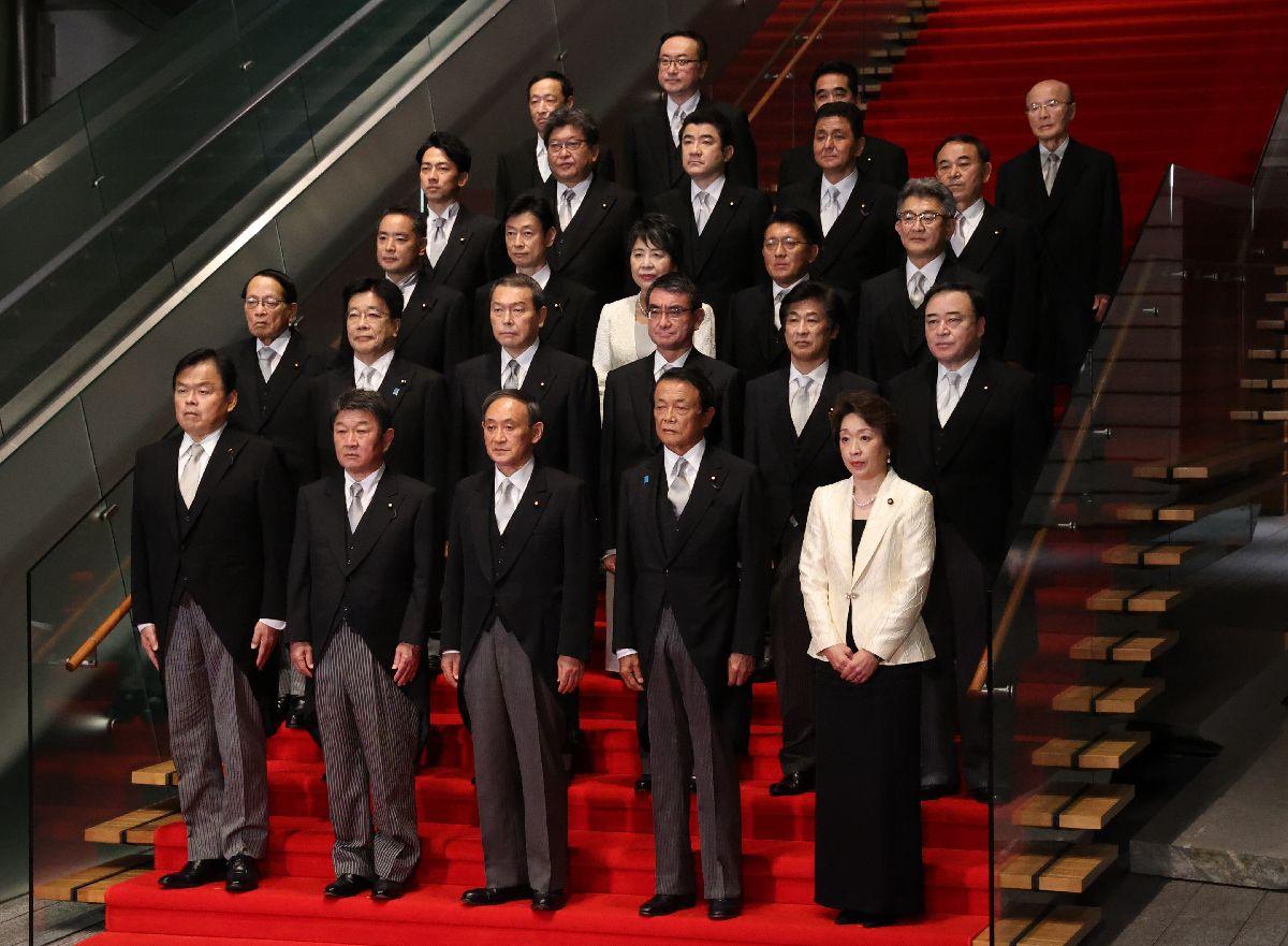 写真・図版 : 初閣議を終え、記念撮影に臨む菅義偉首相(前列中央)ら=2020年9月16日午後10時20分、首相官邸