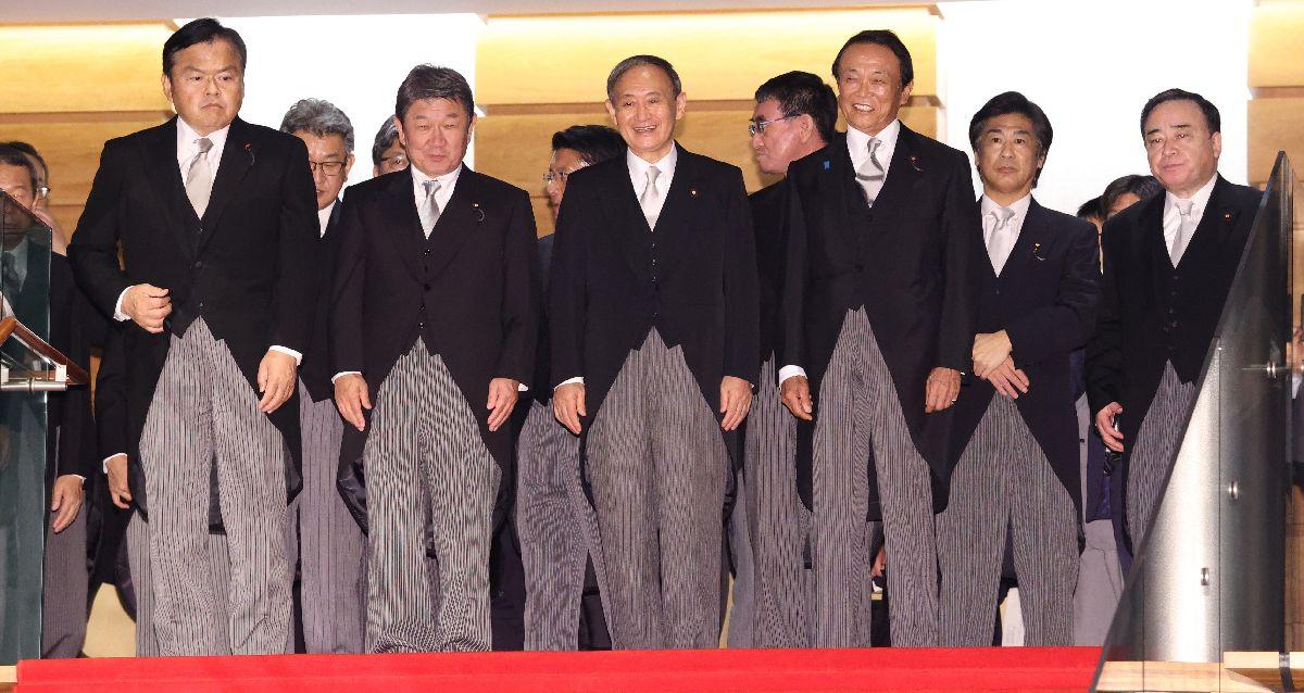 写真・図版 : 初閣議を終え、天皇陛下から任命を受ける菅義偉首相(前列中央)ら=2020年9月16日午後10時16分、首相官邸