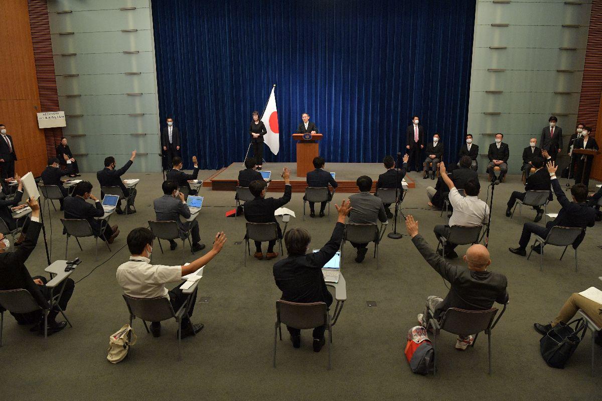 写真・図版 : 菅義偉新首相の会見で挙手する記者たち=2020年9月16日午後9時27分、首相官邸