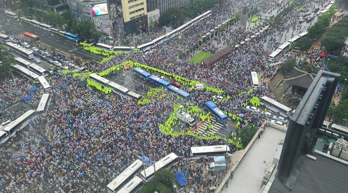 写真・図版 : ソウル中心部で開かれた文在寅政権を批判するデモ=2020年8月15日、東亜日報提供