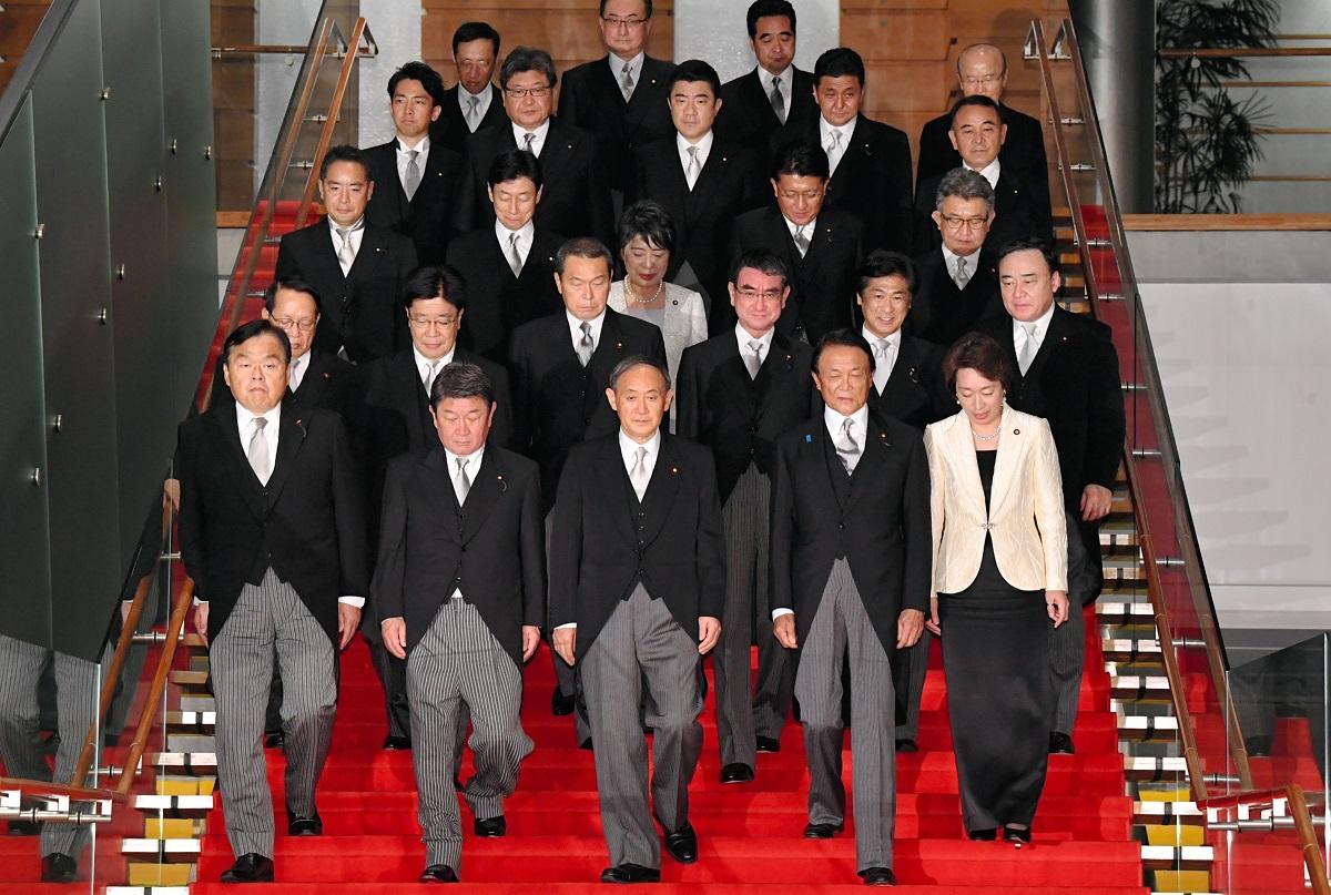 菅義偉新首相(前列中央)と閣僚たち