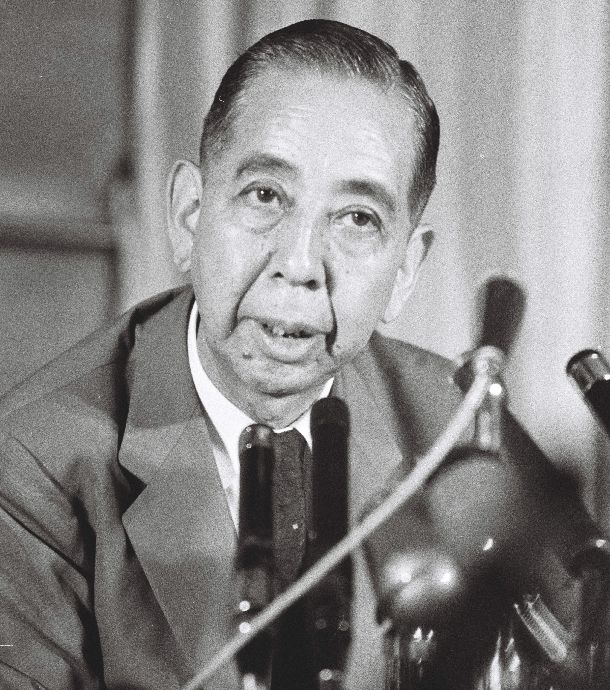 写真・図版 : 記者会見にのぞむ岸信介首相=1959年7月9日、首相官邸