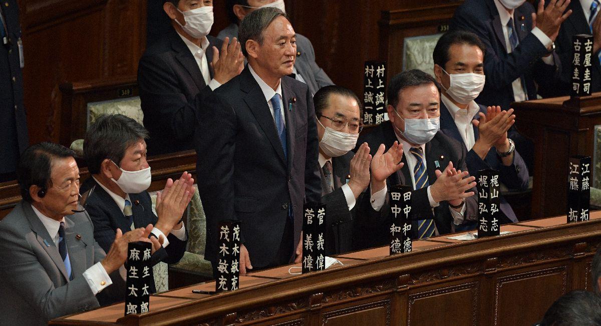 写真・図版 : 衆院本会議で首相指名を受ける菅義偉・自民党総裁=2020年9月16日午後1時45分、国会内