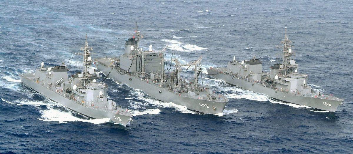 写真・図版 : ソマリア沖の海賊対処。海上自衛隊の補給艦「ときわ」(中央)から同時に洋上補給を受ける護衛艦「さざなみ」(左)と「さみだれ」(右)=2009年6月6日、アデン湾、海上自衛隊提供