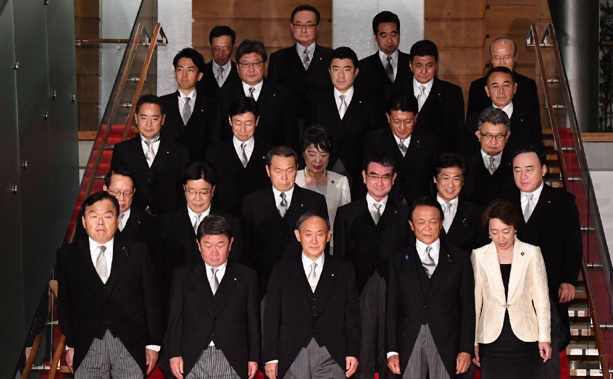 写真・図版 : 記念撮影のためレッドカーペットが敷かれた階段を下りる菅義偉新首相(前列中央)と閣僚たち=2020年9月16日午後10時18分