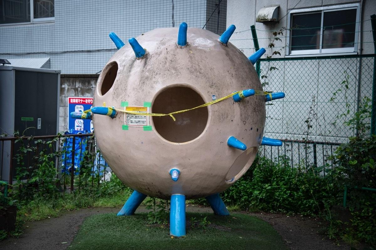 写真・図版 : 『東京、コロナ禍。』から。閉鎖される遊具 ©初沢亜利