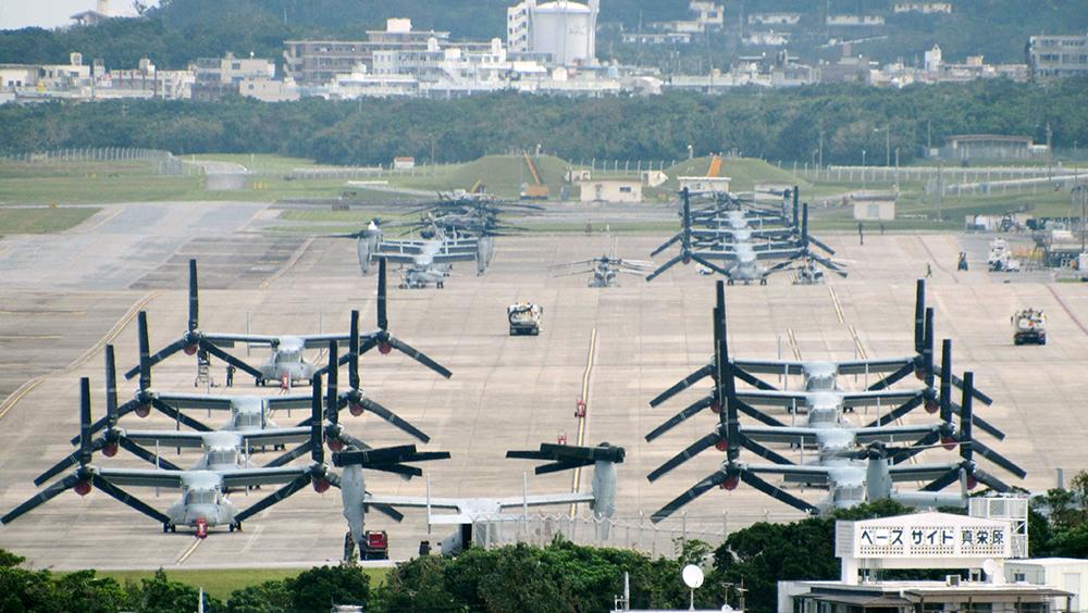 写真・図版 : 沖縄県宜野湾市の中心部にある在日米軍の普天間飛行場