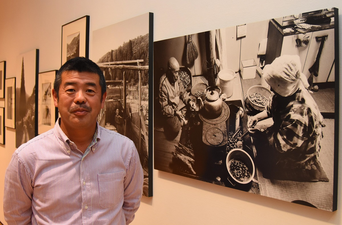 写真・図版 : 大西暢夫さん=2019年11月、山形県東根市の個展で