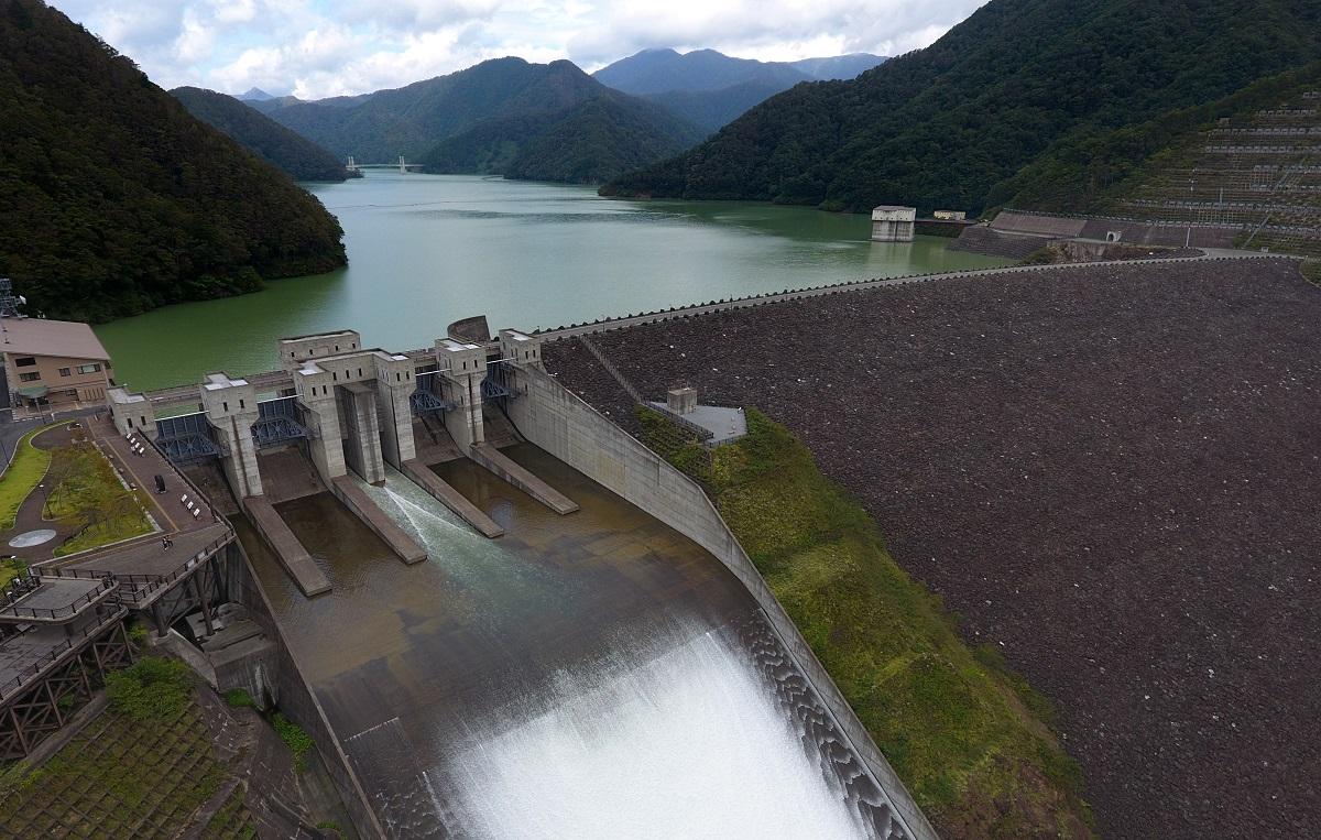 写真・図版 : 台風の雨で増えた水を放流中の徳山ダム=2018年10月