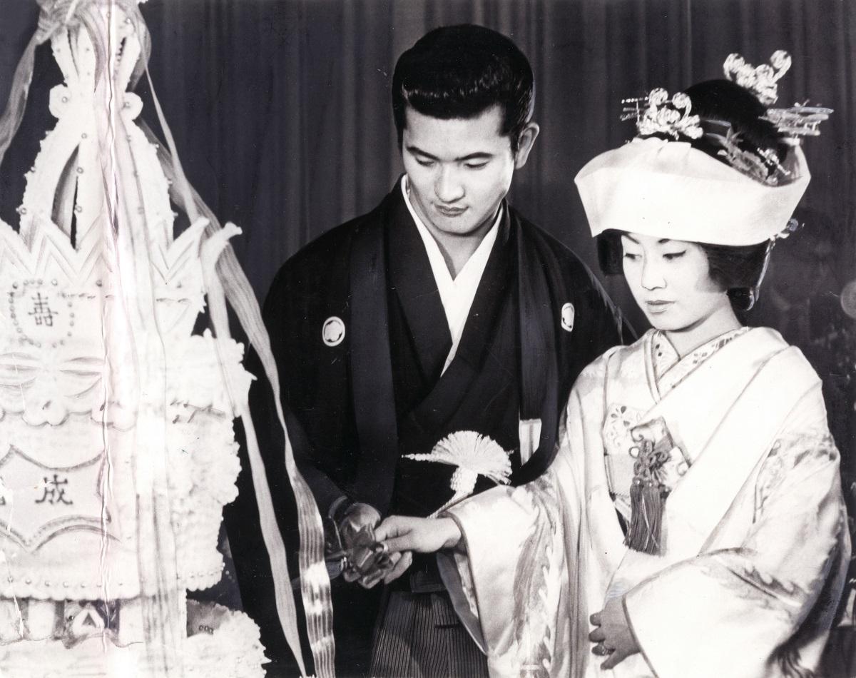 写真・図版 : 美空ひばりと小林旭の結婚式=1962年11月5日、東京・日比谷の日活ホテル