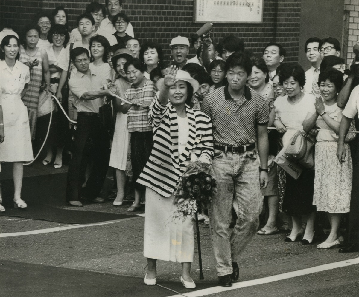 写真・図版 : 入院先の病院から退院し、見送りを受ける美空ひばり=1987年8月3日、福岡市中央区天神の済生会福岡総合病院