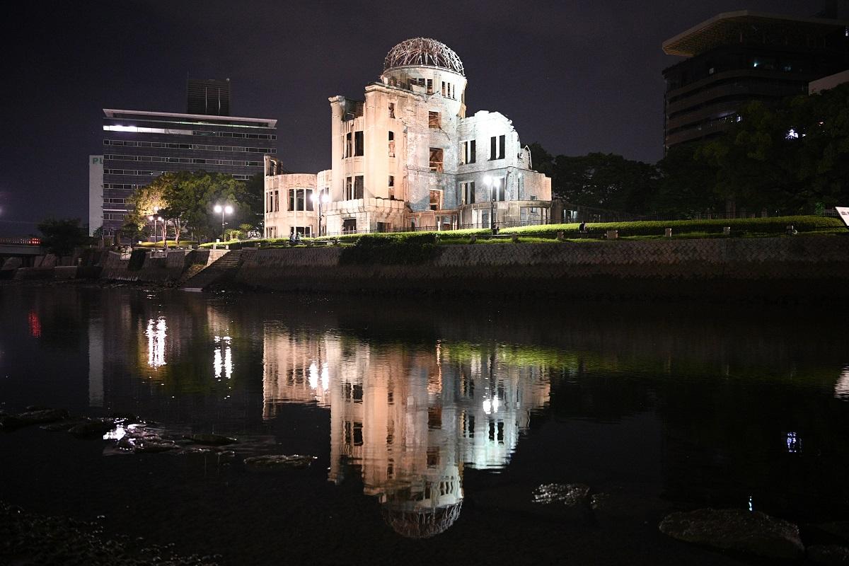 写真・図版 : 原爆ドームと元安川=2020年8月6日、広島市