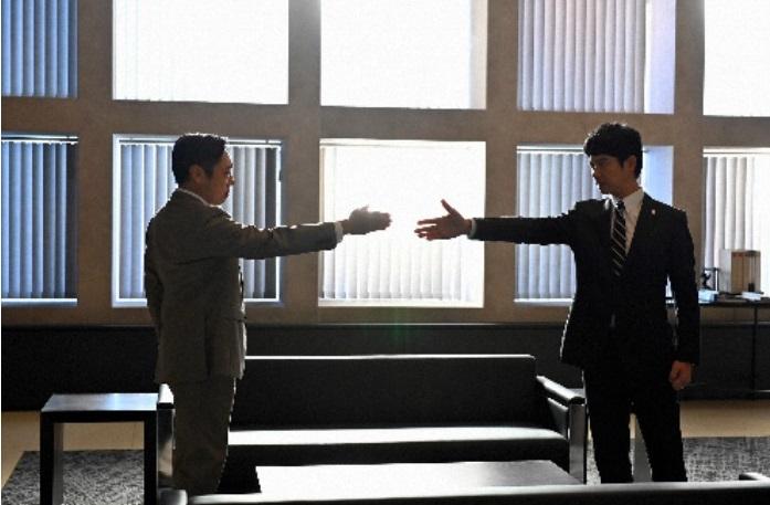 写真・図版 : 大和田暁取締役(香川照之、左)と半沢直樹(堺雅人)=TBS提供