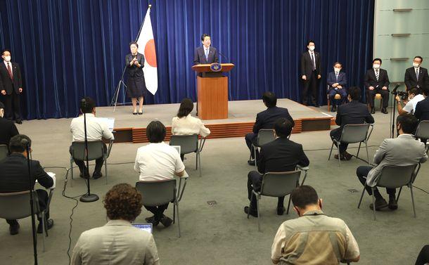 写真・図版 : 辞任の記者会見に臨む安倍晋三首相(中央)=2020年8月28日、首相官邸