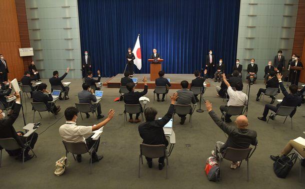 写真・図版 : 菅義偉新首相の会見で挙手する記者たち=2020年9月16日、首相官邸
