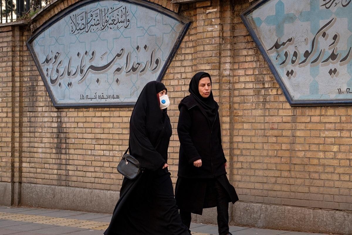 写真・図版 : 2020年3月、新型コロナウイルスの感染が広がったイランの都市コムで Farzad Frames/Shutterstock.com