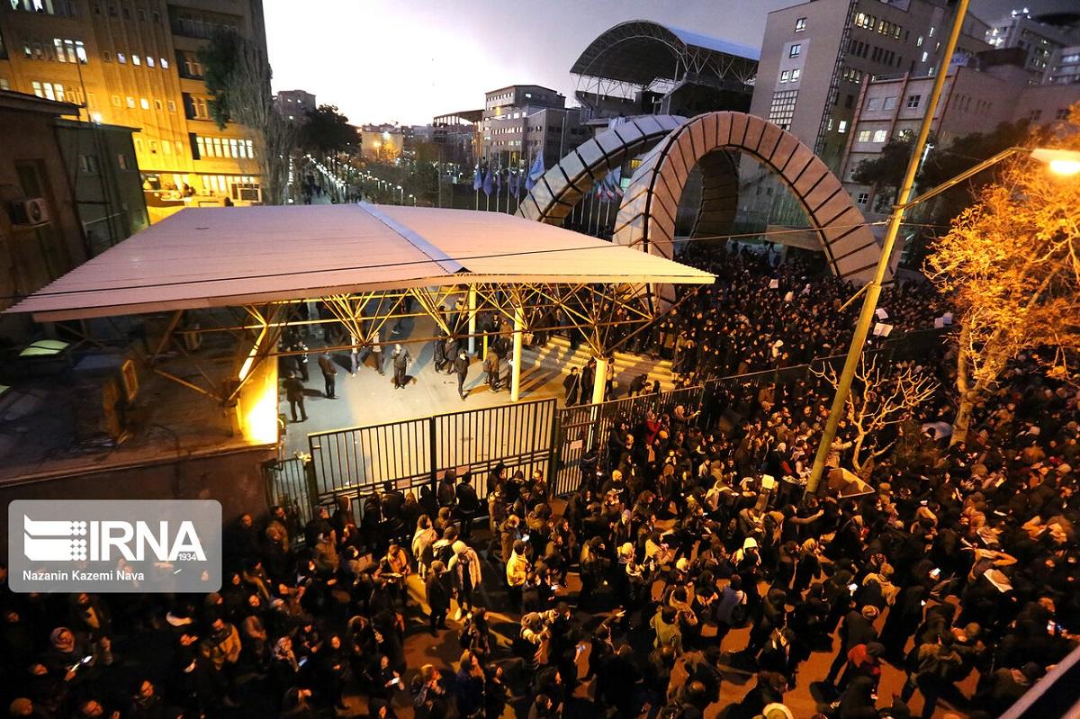 写真・図版 : テヘラン中心部に集まり、抗議デモをする市民=2020年1月12日、イラン国営通信のウェブサイトから