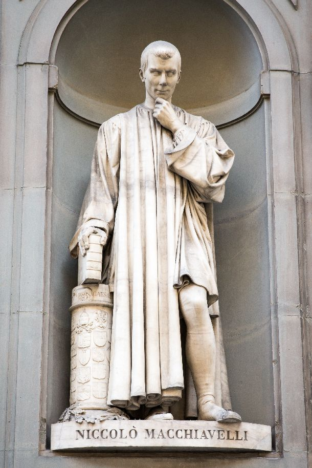 写真・図版 : ニコロ・マキャベリの像(イタリア・フィレンツェのウフィツィ美術館)の外で)   James.Pintar/shutterstock.com