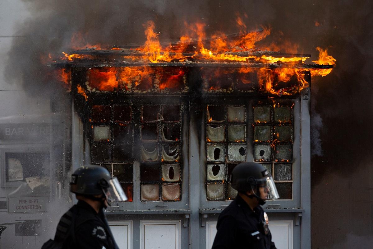 写真・図版 : 警察官によるジョージ・フロイド氏殺害に端を発した暴動=2020年5月、ロサンゼルス Matt Gush/Shutterstock.com