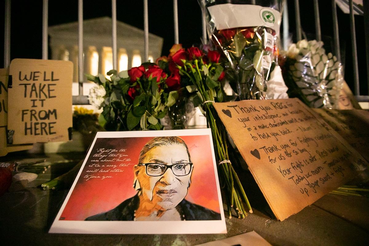 写真・図版 : ワシントンの米最高裁前に供えられた、ギンズバーグ判事を追悼する花やメッセージ=2020年9月19日 撮影・ランハム裕子