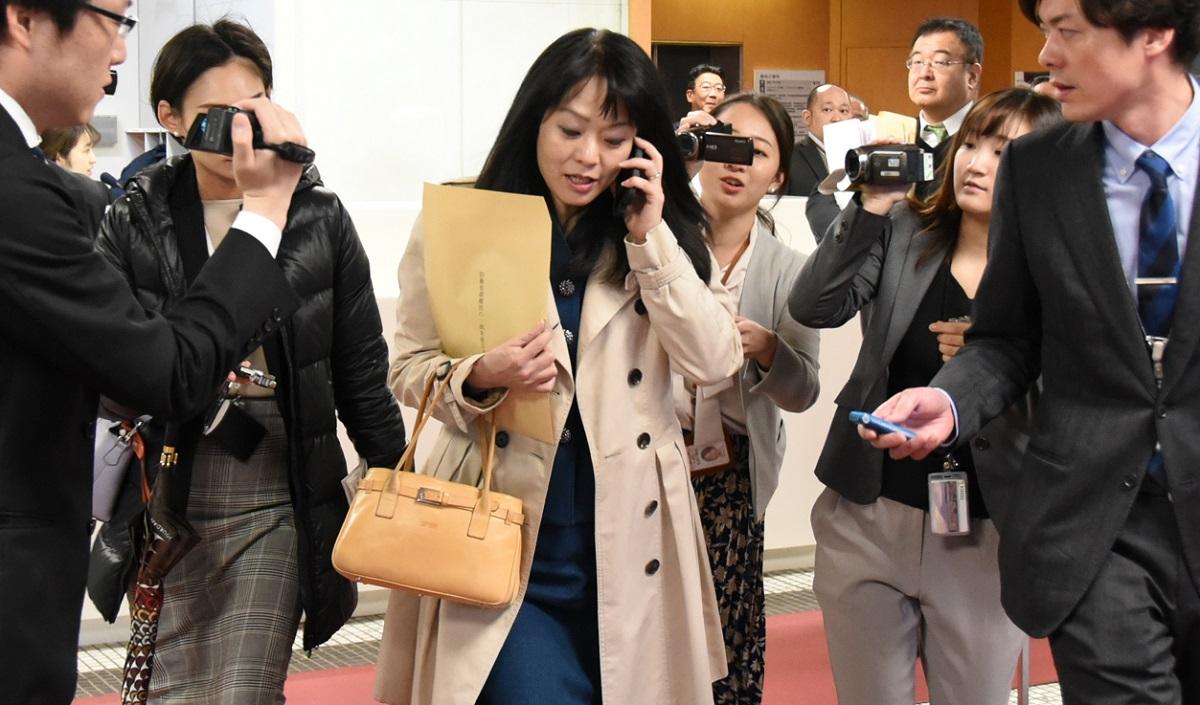 写真・図版 : 「結婚しなくていい」ヤジ問題で、記者団から問われるなか、電話をする杉田水脈衆院議員=2020年1月23日