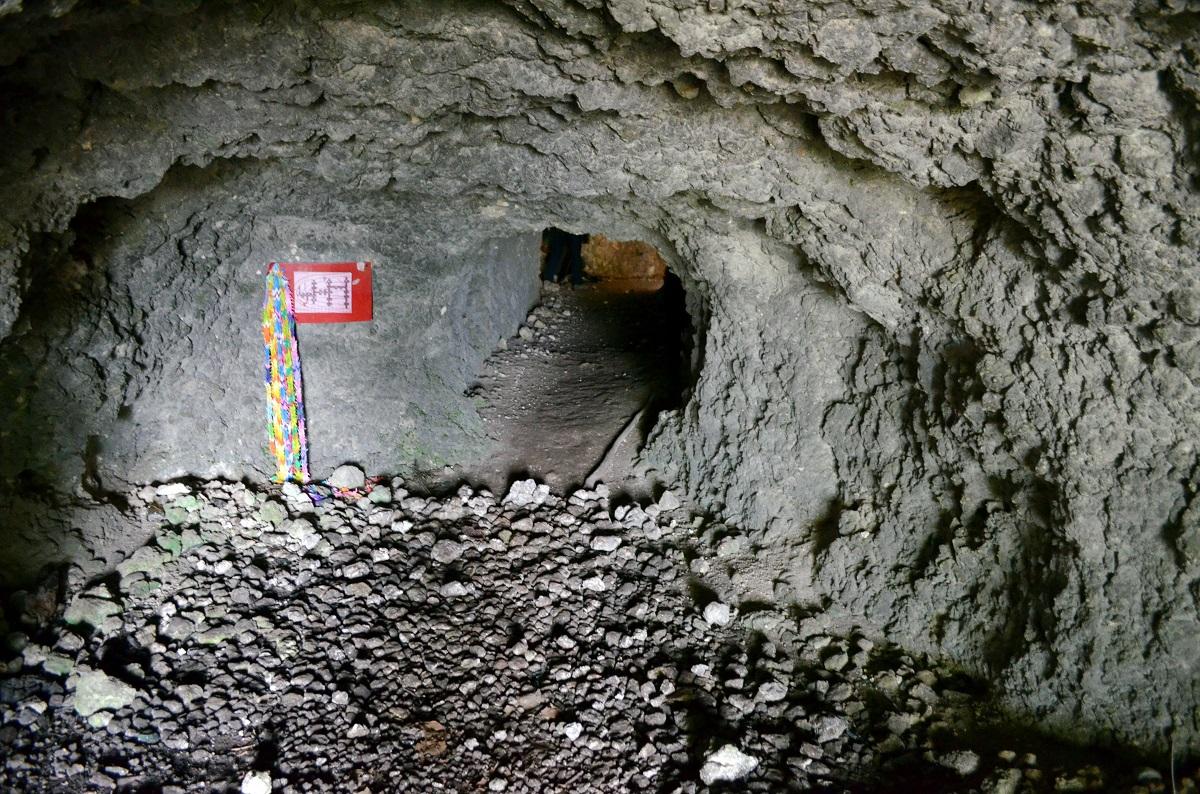 写真・図版 : 戦時中、ペリリュー島で日本軍が野戦病院などに使用したという洞窟=2015年