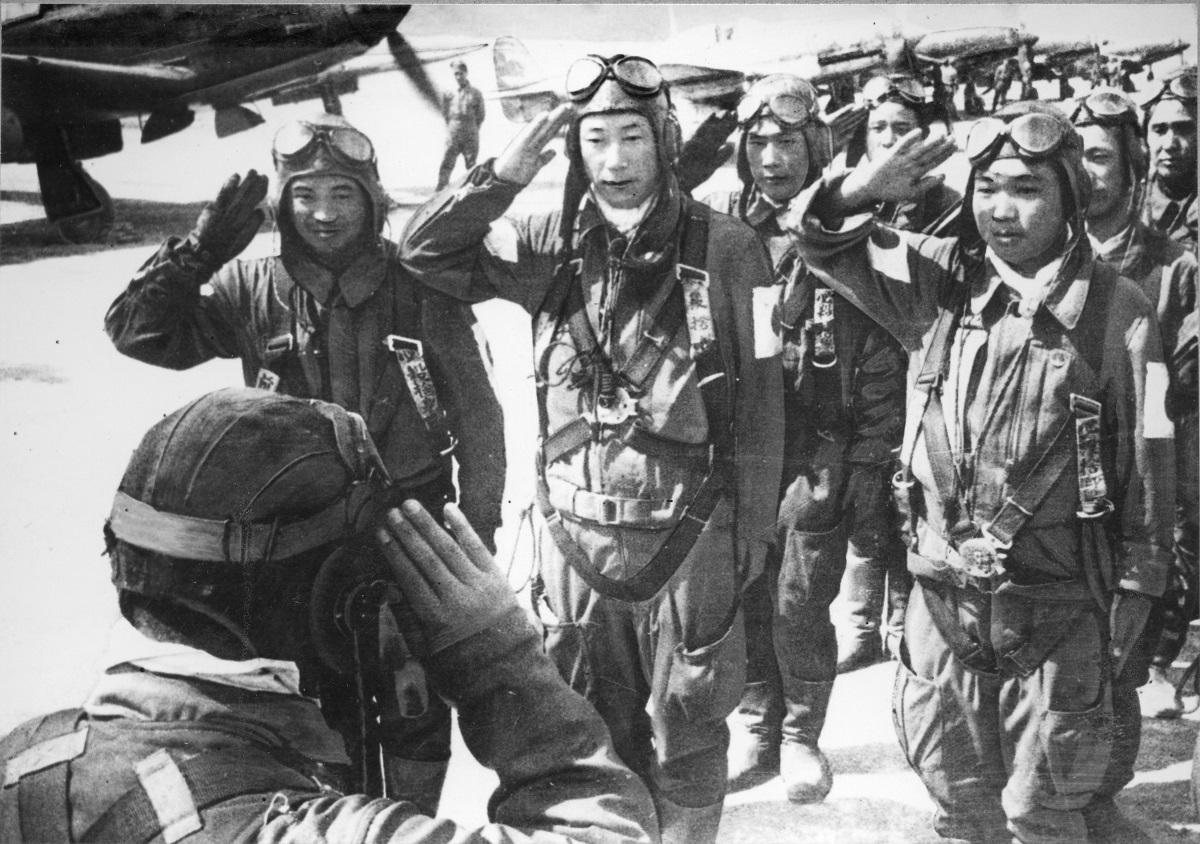 1945年、鹿児島県の知覧基地から沖縄に出撃する特攻隊のパイロットたち