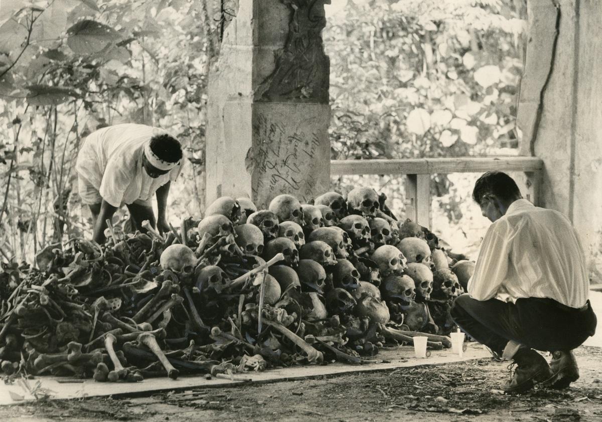 厚生省派遣遺骨収集団によって旧日本軍司令部跡に安置された兵士の遺骨=1967年5月、ペリリュー島
