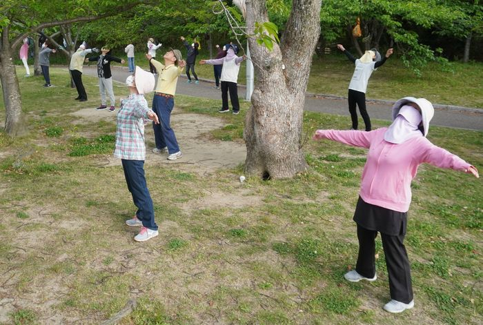 写真・図版 : 千里ニュータウン内の公園で毎朝行われているラジオ体操。マスク姿の高齢者たちが体を動かしていた=2020年5月9日、大阪府豊中市、柳谷政人撮影