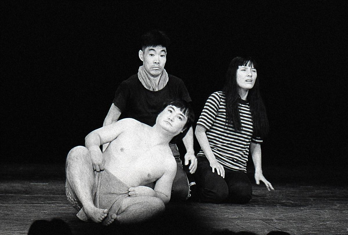 写真・図版 : つかこうへい作・演出『蒲田行進曲』に出演した高野嗣郎(手前)と柄本明、根岸季衣=1981年、©斎藤一男