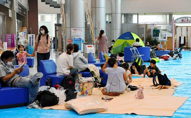 写真・図版 : 予定外のロビーにブルーシートを敷いて避難者を受け入れた宮崎市総合福祉保健センター=9月6日、川辺真改撮影