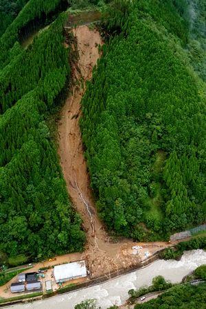 写真・図版 : 台風10号により4人が行方不明となった土砂崩れ現場=9月7日、宮崎県椎葉村、朝日新聞社ヘリから、金居達朗撮影