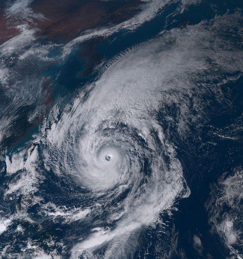 写真・図版 : 日本列島を覆う超大型のサイズになった2017年の台風21号=ひまわり8号撮影、NICT提供
