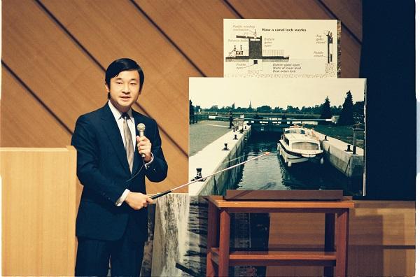 写真・図版 : 日本学術会議の講堂で開かれた水資源の学術シンポジウムで「18世紀テムズ川の水上交通」について講演する浩宮さま(現天皇陛下)=1987年8月4日、河合真撮影