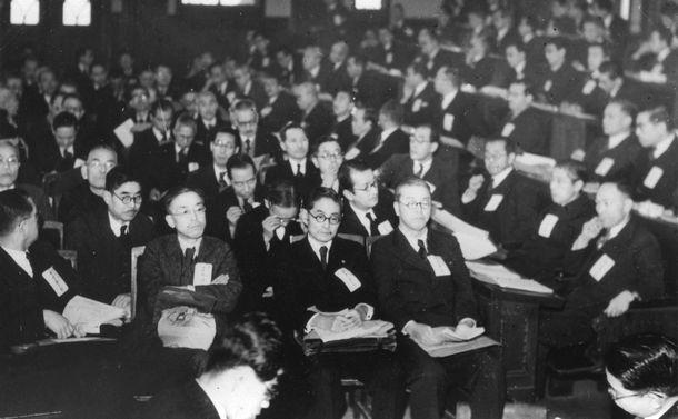 日本学術会議の第1回総会が開かれ、科学を通じて日本の平和的復興と人類の福祉に貢献すると声明。会長に亀山直人氏を選出した=1949年1月20日、東京・日本学士院
