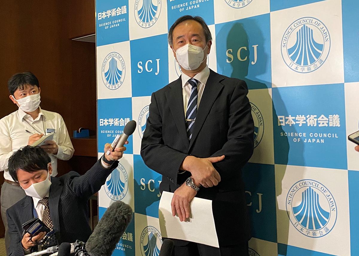 写真・図版 : 学術会議の幹事会後、取材に応じる梶田隆章会長=2020年10月3日、東京都港区