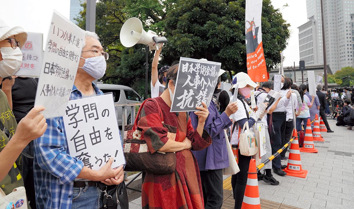 写真・図版 : 首相官邸前で任命拒否に抗議する人たち=2020年10月3日、加藤諒撮影