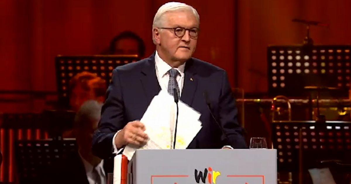 写真・図版 : 10月3日、ポツダムでのドイツ統一30年式典で演説するシュタインマイヤー大統領=大統領のサイトの動画より