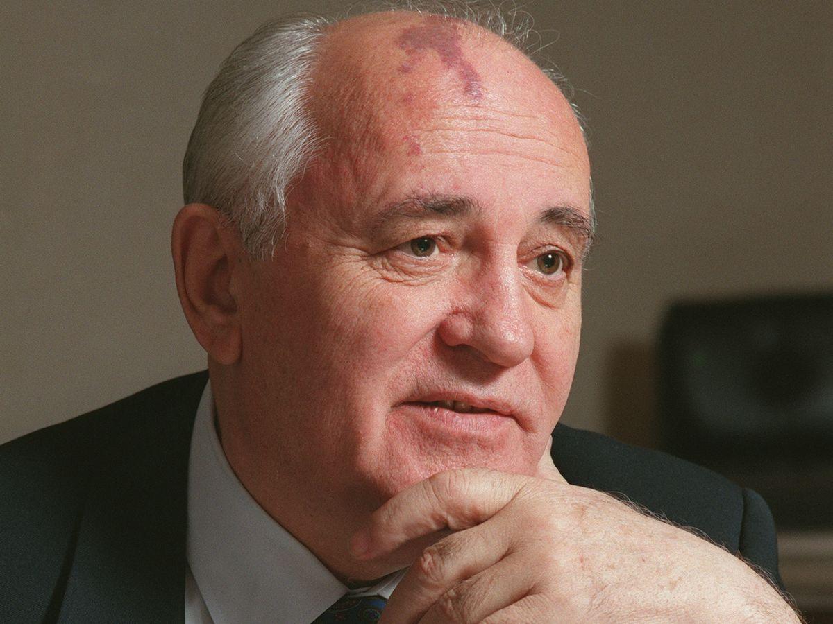 写真・図版 : 1997年、朝日新聞のインタビューに応じるゴルバチョフ元ソ連共産党書記長=モスクワ。朝日新聞社