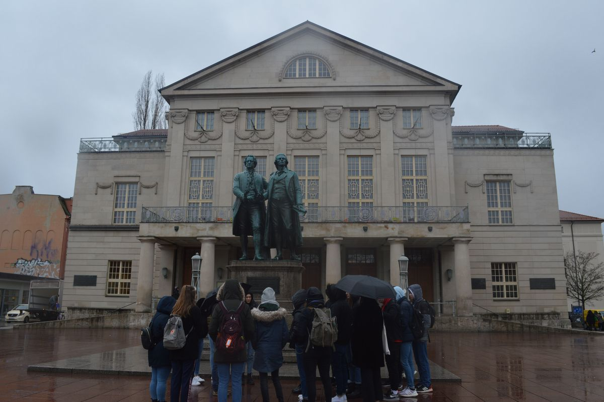 写真・図版 : ワイマール憲法が採択された国民劇場と、その前に建つ当地ゆかりの文豪ゲーテとシラーの像=2月、ドイツ・ワイマール。藤田撮影