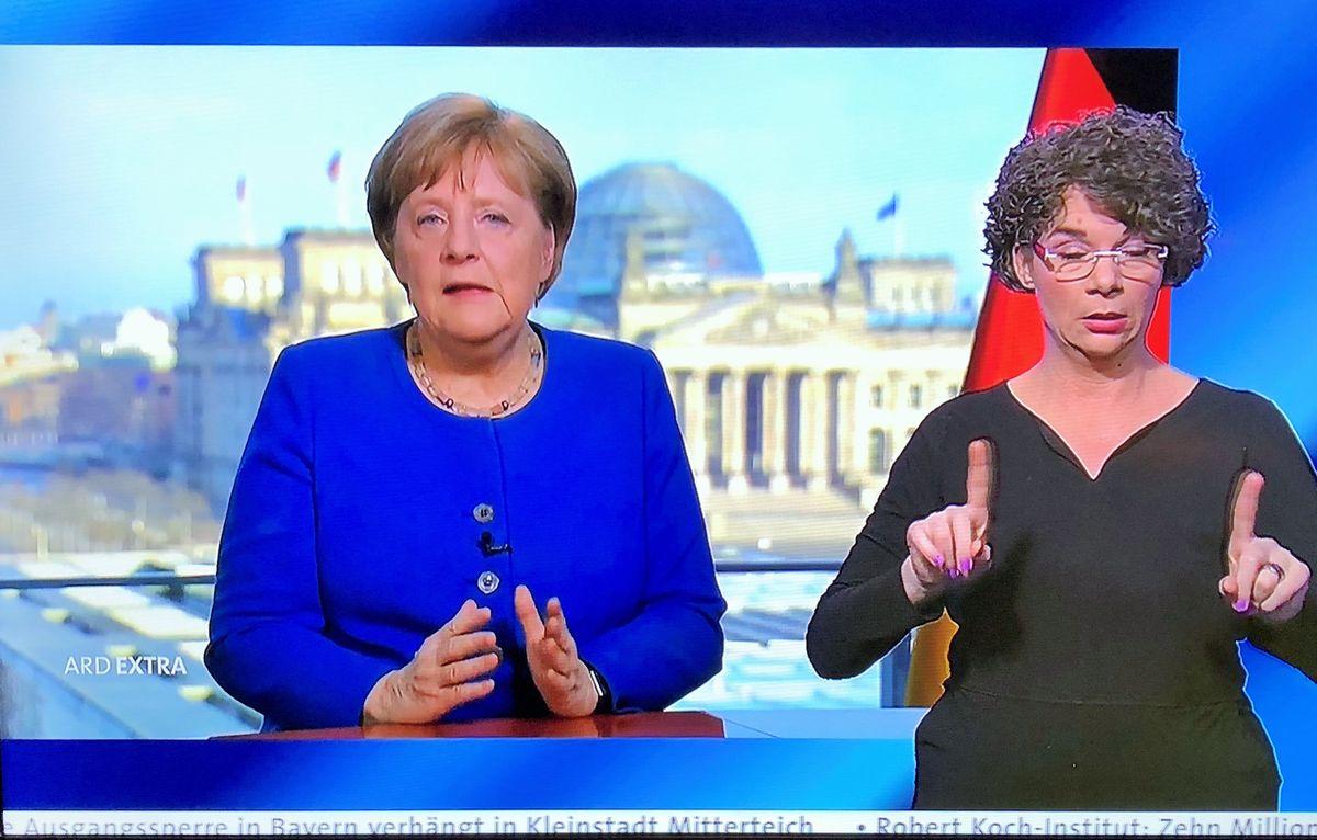 写真・図版 : コロナ対策でテレビ向けの演説をするドイツのメルケル首相=3月、独公共放送の番組から。朝日新聞社