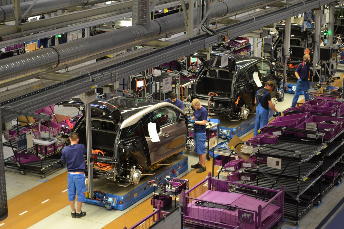 写真・図版 : ドイツ東部のライプチヒで電気自動車を組み立てるBMWの工場=2015年。朝日新聞社