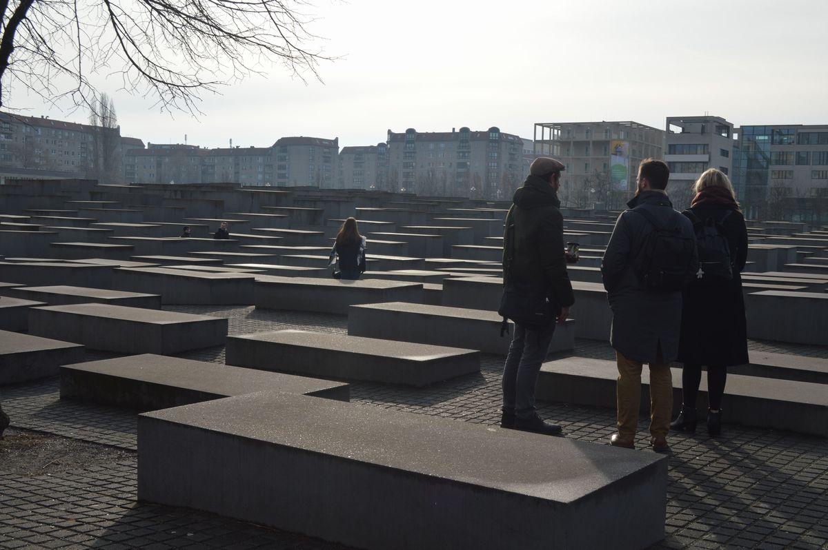 写真・図版 : ベルリンの一角に広がる「虐殺された欧州のユダヤ人のための記念碑」=2月。藤田撮影