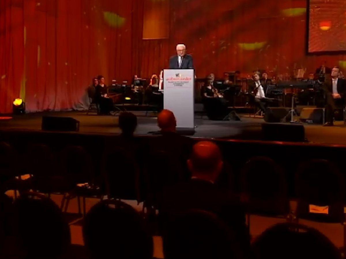 写真・図版 : 10月3日にポツダムで開かれたドイツ統一30年式典。コロナ対策で着席する参加者の間隔が空いている=大統領のサイトの動画より