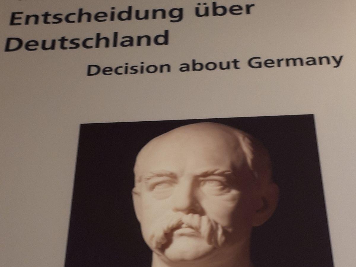 写真・図版 : 国立ドイツ歴史博物館でのドイツ帝国に関する展示と首相ビスマルクの像の写真=2月、ベルリン。藤田撮影